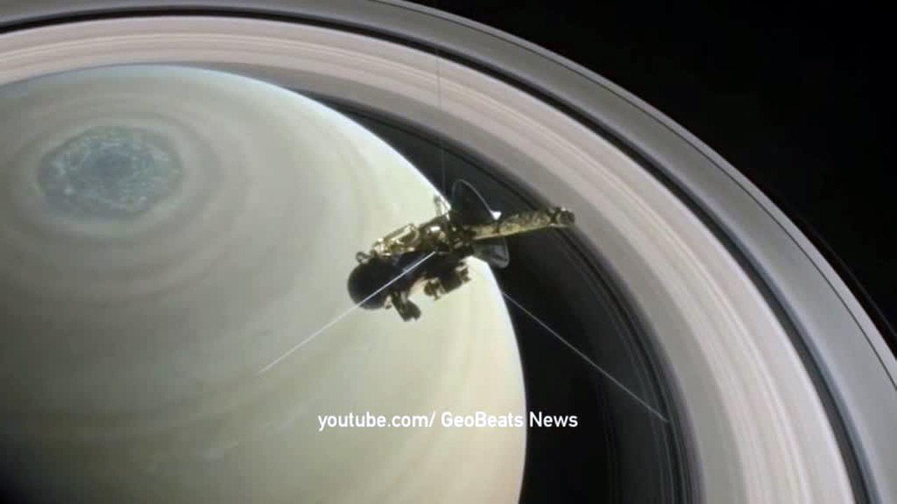 """Межпланетная станция Cassini сфотографировала космические """"пирожки"""" и """"пельмени"""""""