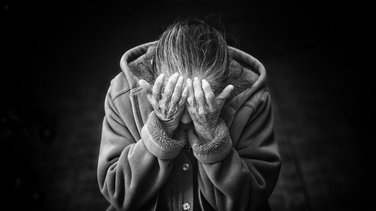 Тревогу и депрессию назвали первыми признаками болезни Альцгеймера