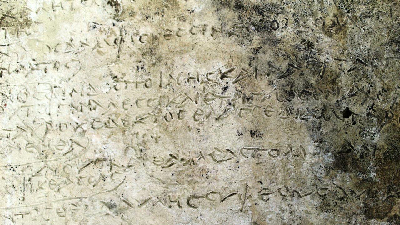 """В Греции обнаружили древнейший артефакт со стихами из """"Одиссеи"""""""
