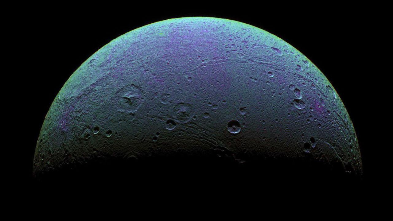 На спутнике Сатурна Дионе обнаружились странные полосы