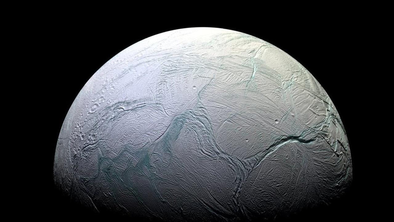 """Тепло и вода: новая модель разогрева Энцелада делает его океан """"вечным"""""""