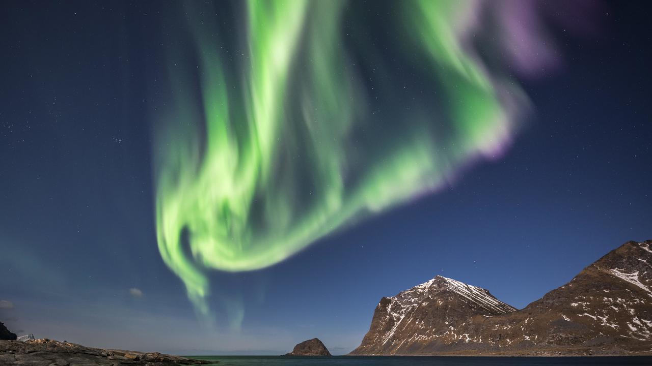 Учёные выяснили, почему полярные сияния Земли отличаются на севере и юге