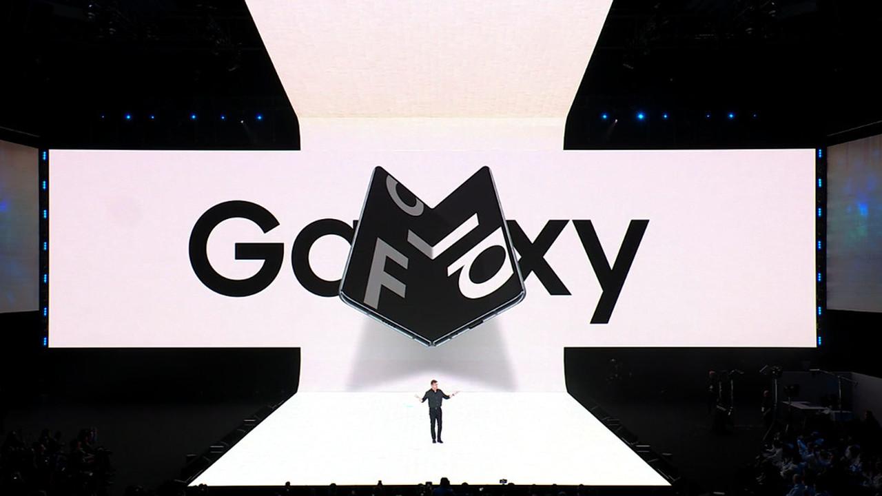 Samsung представила сгибаемый смартфон за 2000 долларов