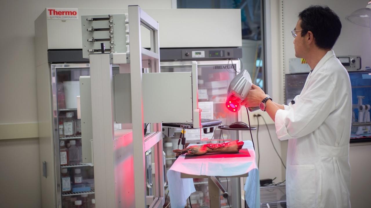 Новый мобильный биопринтер напечатает кожу прямо поверх раны