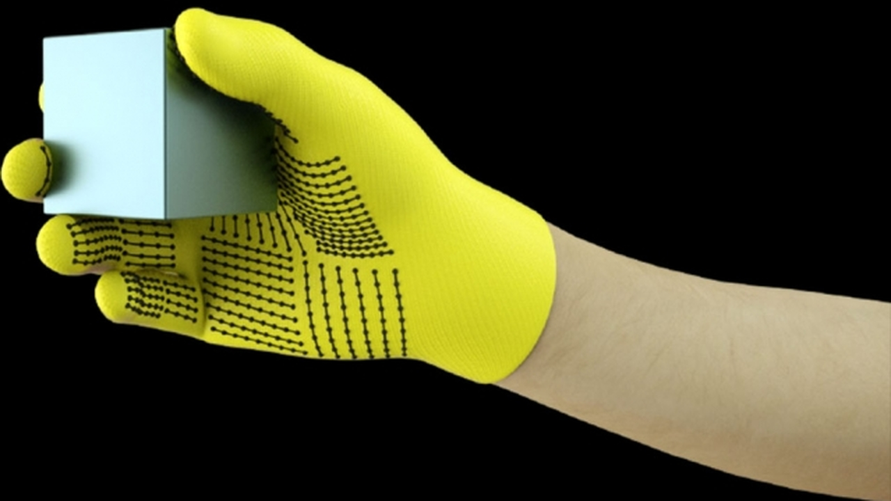 Сенсорная перчатка позволит роботам распознавать вещи на ощупь