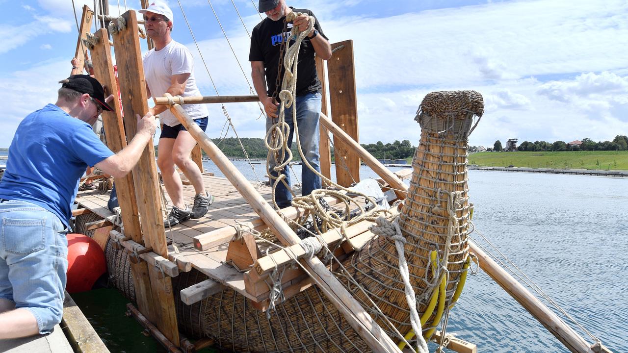 Смельчаки отправляются на тростниковом судне по маршруту древних египтян
