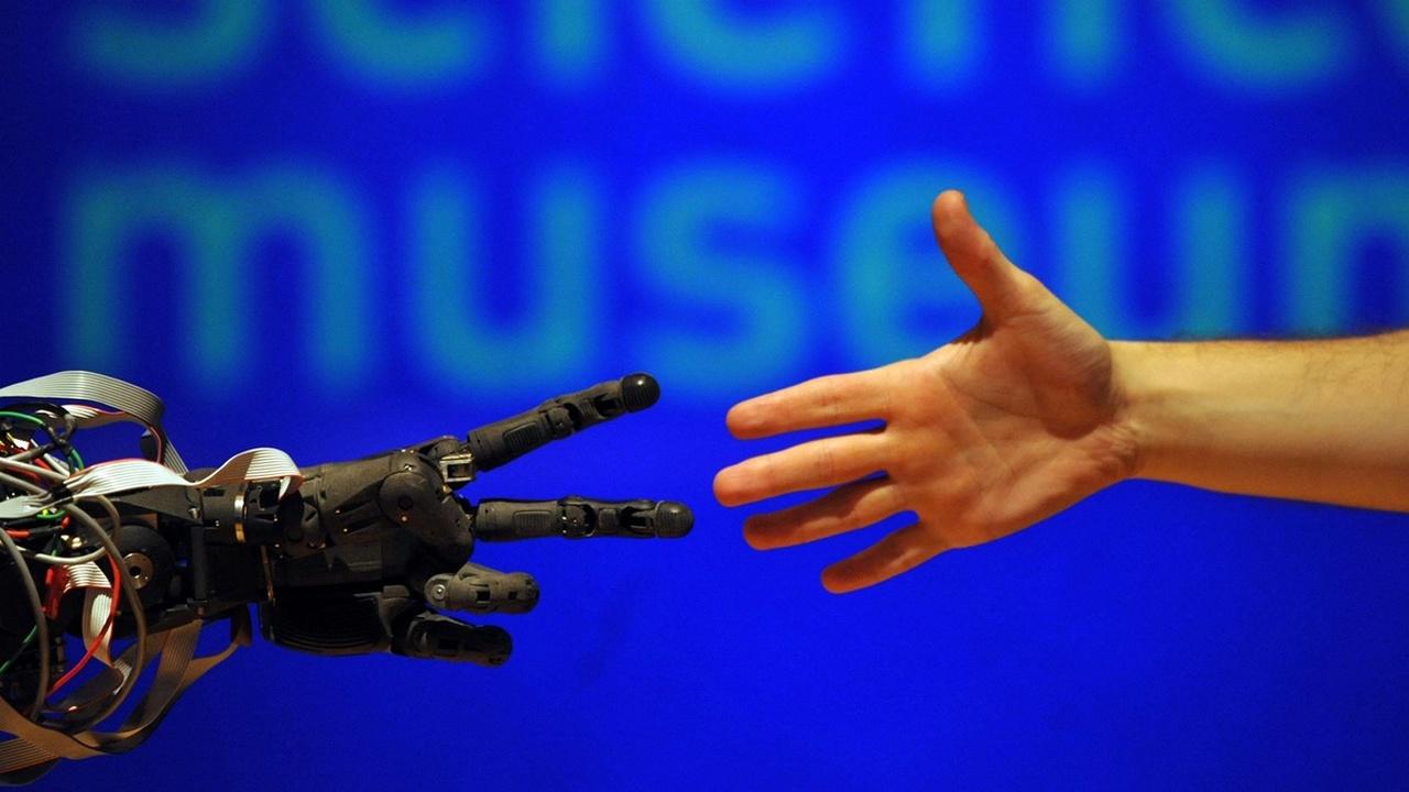 В гонке за рабочие места большинство людей предпочли бы проиграть роботам, а не другим людям