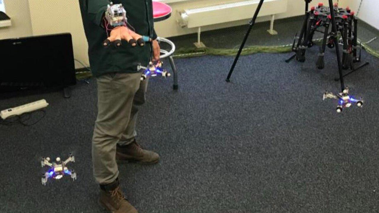 В Сколкове научились управлять роем дронов взмахом руки