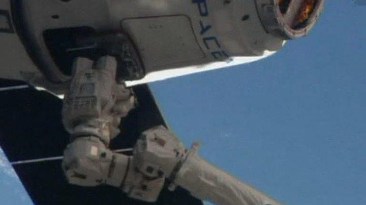Dragon привез на МКС пасхальные подарки и ноги для робота