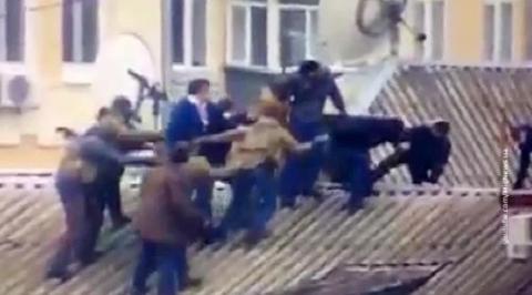 Десяток спецназовцев тащит Саакашвили с крыши дома в Киеве