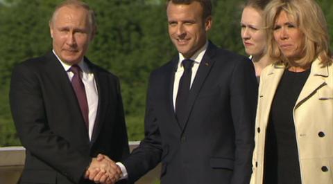 Макрон прилетел в Петербург на встречу с Путиным