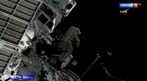 Российские космонавты работали в открытом космосе семь часов