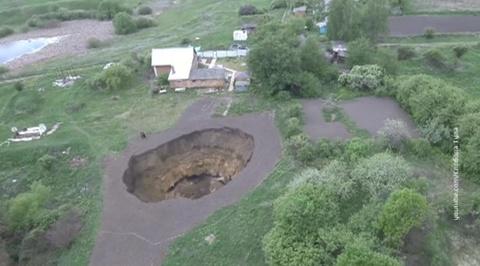 В селе Дедилово под Тулой образовалась яма глубиной в пять этажей