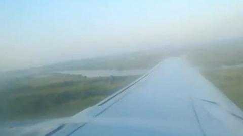 Пассажир снял на видео перебои в работе двигателя севшего в поле самолета