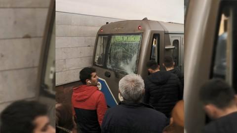 Упавший под поезд пассажир остановил движение на серой ветке метро