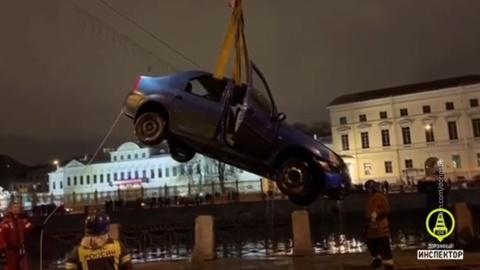 Машина с детьми и взрослым рухнула в Фонтанку