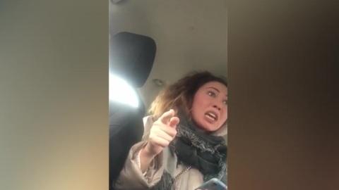 Водитель такси прокомментировал инцидент с пассажиркой, закатившей истерику
