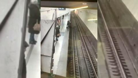 Засмотревшаяся в телефон женщина упала на рельсы в московском метро
