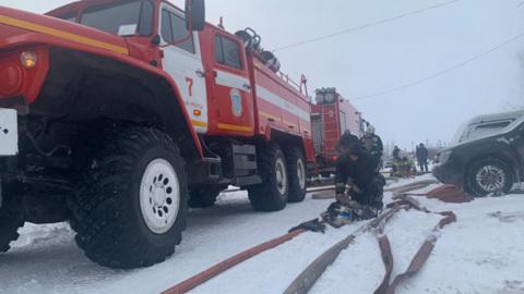 В Новом Уренгое 9 часов тушили пожар в жилом многоквартирнике