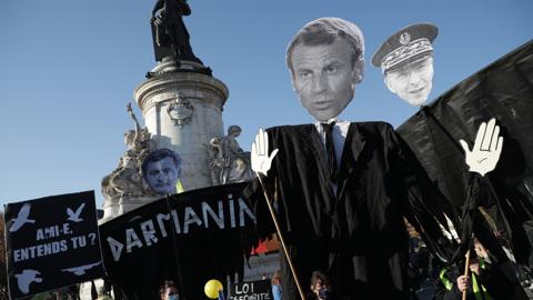 Люди в черном устроили в Париже беспорядки и поджоги