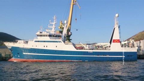К аварийному траулеру в Охотском море вышло спасательное судно