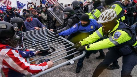 """Новости на """"России 24"""". Полиция ищет организаторов акций в Сиэтле и Портленде"""