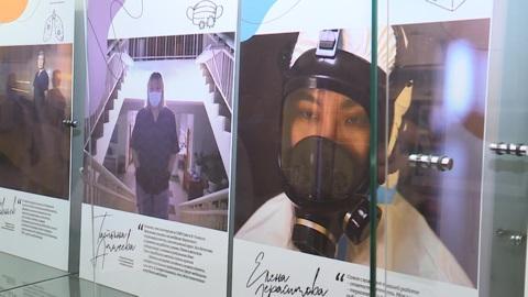 """Новости на """"России 24"""". В Якутске открылась фотовыставка, посвященная работающим с COVID-19 студентам-медикам"""