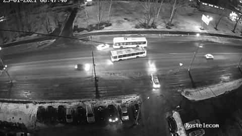 Видео из Сети. В Липецке автобус снес Renault на Московской улице