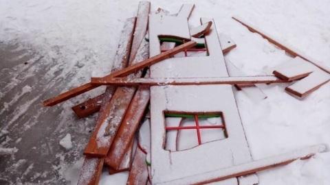 В Тамбовской области вандалы разрушили детский игровой комплекс