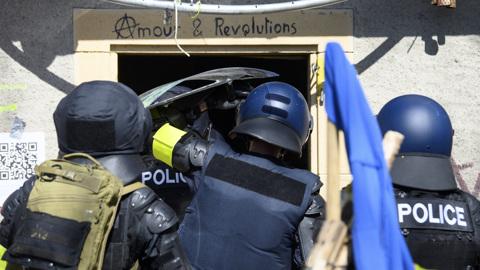 Швейцарские полицейские обстреляли протестующих и применили газ