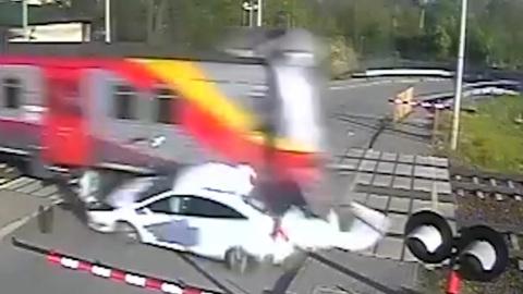 Поезд в Польше протаранил легковушку. Видео