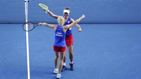 Теннисистки Крейчикова и Синякова завоевали золото Олимпиады в парном разряде