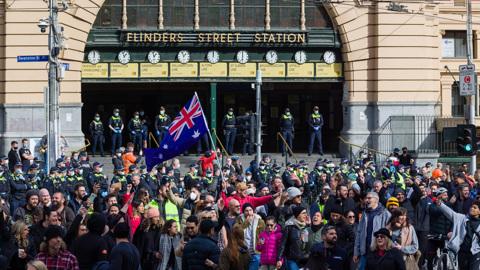 Протесты в Мельбурне, Париж и Канберра ссорятся, а Канары горят