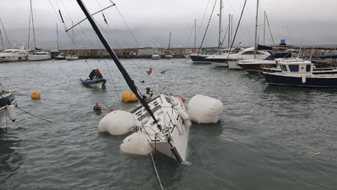 В Новороссийске подняли со дна затонувшую яхту