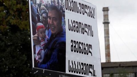 Забрался в трейлер с петрушкой и сложился пополам: Саакашвили не привыкать