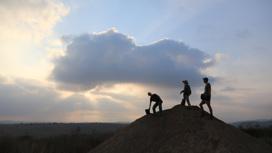 Группа археологов на месте раскопок.