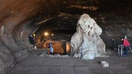 Огромный сталагмит на входе в пещеру вырос много позже, чем там впервые появились люди.