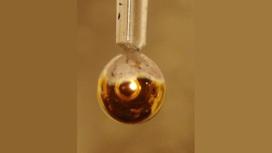 Примерно через пять секунд вокруг капли образовалась тонкая металлическая пленка воды, которую можно было распознать по золотистому мерцанию.