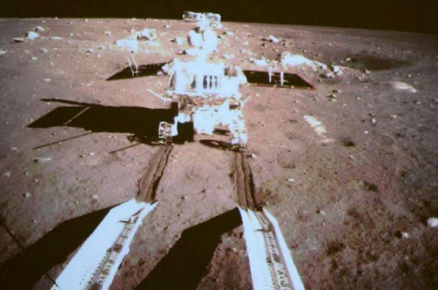 "Снимок ровера ""Нефритовый заяц"", сделанный посадочным модулем аппарата ""Чанъэ-3"""