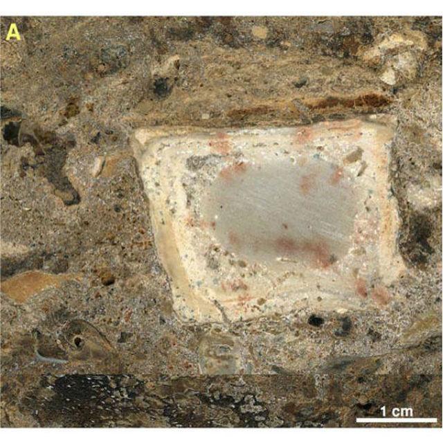 Микрофотография фрагмента отложений с обгоревшей костью и камнями среди серых остатков пепла