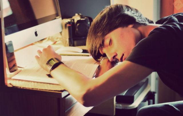 Учёные рекомендуют давать организму и мозгу отдых перед экзаменом и не исключают пользу дневного сна, полчаса которого приравниваются к часу ночного.