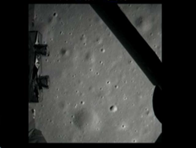 """Первый снимок, сделанный на Луне камерой, встроенной в посадочный модуль аппарата """"Чанъэ-3"""""""
