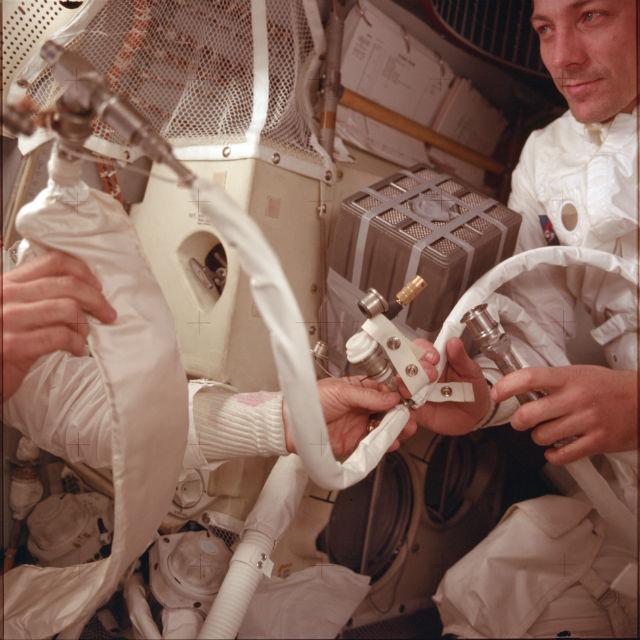 """Астронавты миссии """"Аполлон-13"""", Джеймс Ловелл и Джон Суайгерт за работой в космическом корабле"""