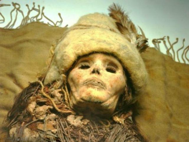 Сухая пустыня сохранила не только крошки сыра на китайских мумиях, но и их войлочные головные уборы