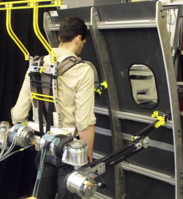 В ходе тестирования прототипов добровольцы собирали корпусы самолётов при помощи роборук