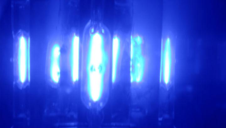 Печать осуществляется не за счёт нанесения чернил, а за счёт воздействия ультрафиолетового света