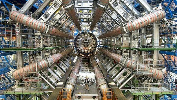 В мае 2015 года БАК будет включен на полную мощность после двухлетнего периода модернизаций. Инструменты детектора ATLAS (на фото) могут помочь доказать или опровергнуть модель доктора Петерссона