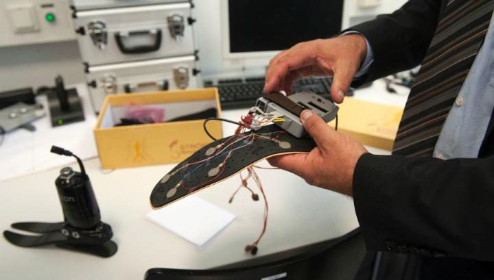 Профессор Хьюберт Эггер демонстрирует прототип нового протеза