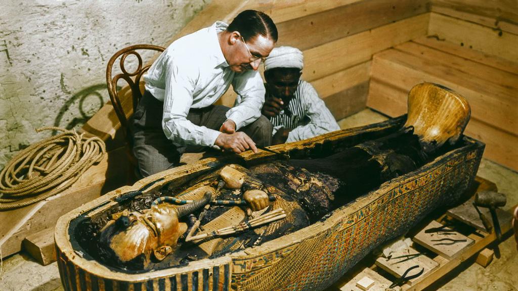 Говард Картер исследует мумию Тутанхамона. Фото с сайта mashable.com