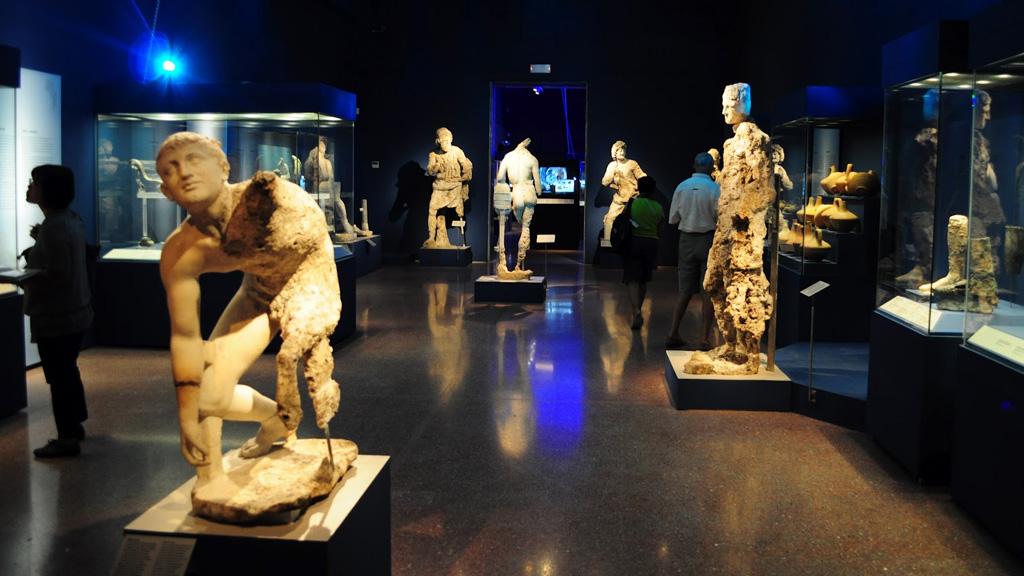Один из залов Антикитерской выставки в Афинском археологическом музее. Все экспонаты – груз Антикитерского корабля. Фото: namuseum.gr